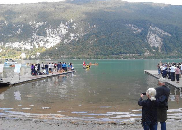 Die Einbaum-Regatta am Lac d`Aiguebelette war ein großer Erfolg. (Bild: Barbara Fath)