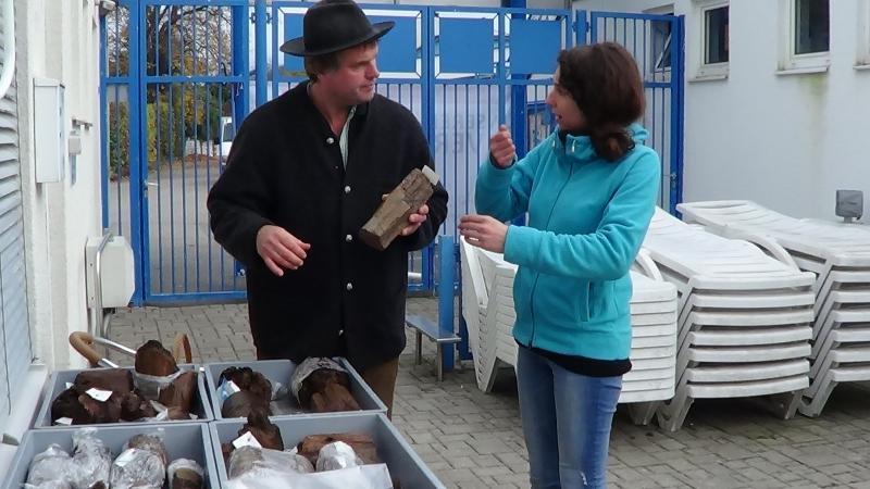 Wolfgang Lobisser und Susanne Heimel beim Fachsimpeln. (Bild: C. Löw - Kuratorium Pfahlbauten)
