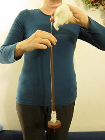 Faden spinnen mit einer Handspindel (Bild: Grömer - NHM)