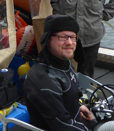 Markus Hochhold ist Archäologe und Forschungstaucher. Er hat 2016 sein Doktoratsstudium am Institut für Urgeschichte und Historische Archäologie an der Universität Wien und die Ausbildung zum archäologischen Forschungstaucher in Konstanz am Bodensee abgeschlossen. Seit 2017 nimmt er an den Monitoring-Maßnahmen und Unterwasser-Ausgrabungen des Kuratoriums Pfahlbauten teil.