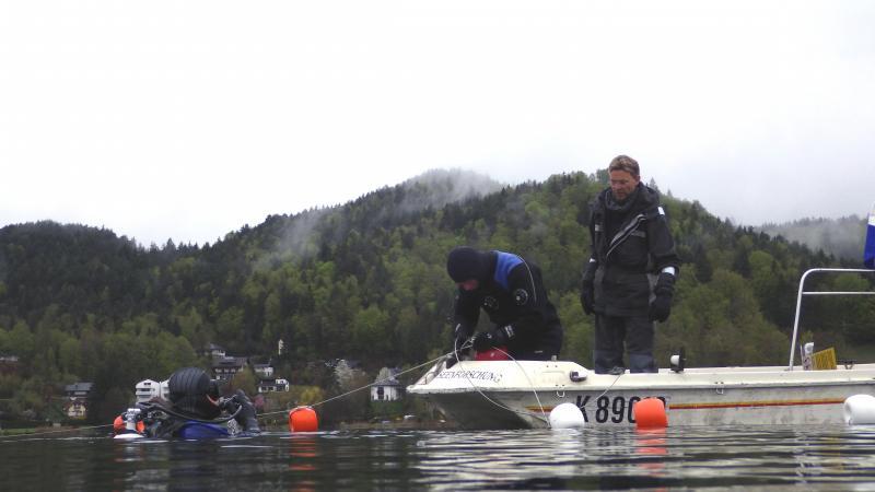 Das Team mit Monitoring-Leiter Henrik Pohl beim Einbringen der Bojen. (Bild: Kuratorium Pfahlbauten)