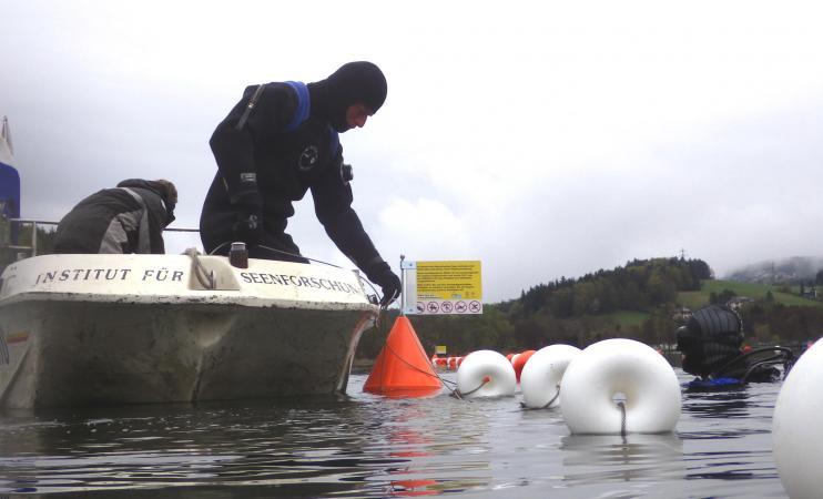 Die Markierung der Schutzzone soll dabei helfen, Beschädigungen der Welterbestätte durch Angelhaken und Bootsanker zu verhindern. (Bild: Kuratorium Pfahlbauten)