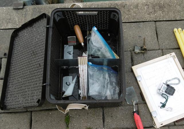 Florian und Marco haben die Kisten mit großem Einsatz an die Bedürfnisse des Tauchteams angepasst. (Bild: Ostrowski - Kuratorium Pfahlbauten)