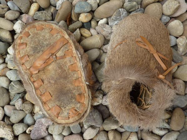Nachbau der Ötzi-Schuhe aus Hirschfell mit Bärenfellsohle von Anne Reichert. (Foto Anne Reichert)