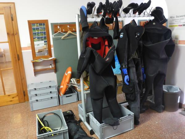 Die Tauchausrüstung: Trocken-Tauchanzüge, Kopfhaube und 3-Finger-Handschuhe. (Bild: OÖLM - Kuratorium Pfahlbauten)
