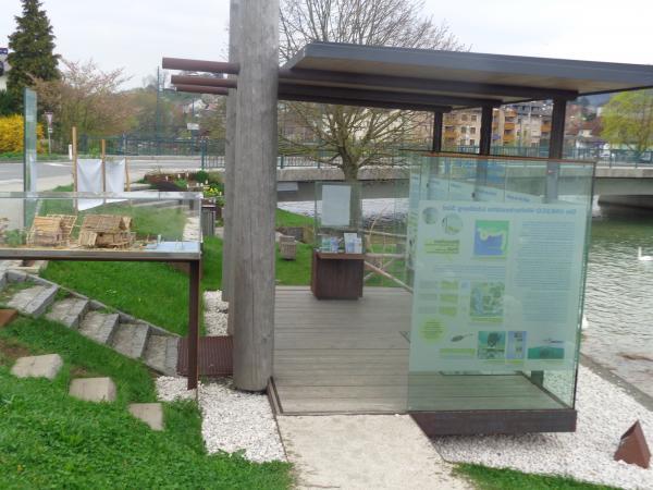 Der Pfahlbaupavillon in Seewalchen am Attersee. (Bild: Helga Oeser)