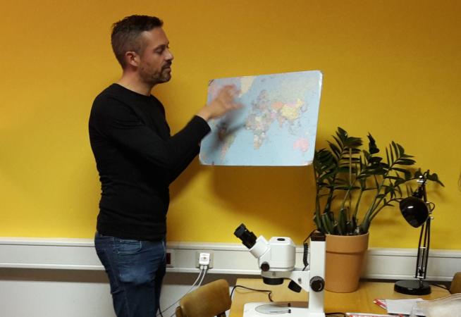 Andreas Heiss spricht über die frühe Verbreitung von Kulturpflanzen. (Bild: Kuratorium Pfahlbauten)