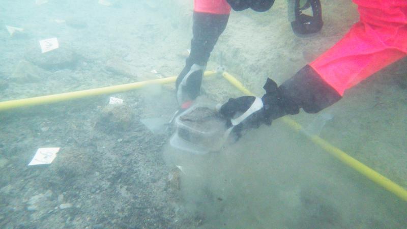 Die Probe wird bereits unter Wasser verschlossen und erst im Labor wieder geöffnet.