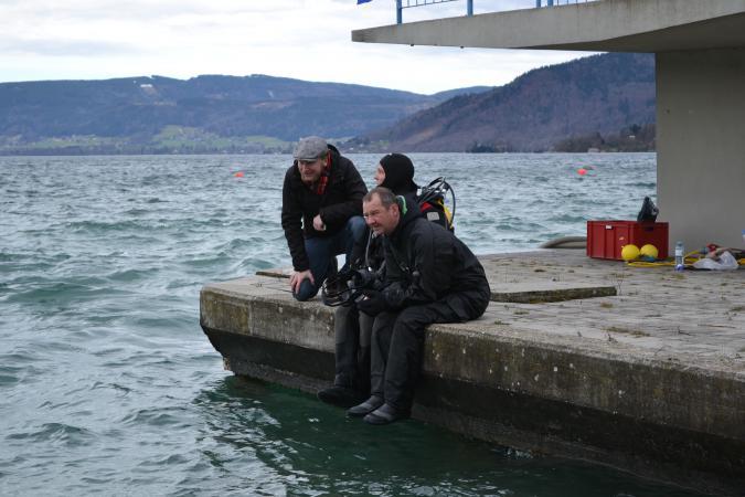 Cyril Dworsky, Henrik Pohl und Martin Mainberger an der Sprungturmgrube in Seewalchen. (Bild: Kuratorium Pfahlbauten)