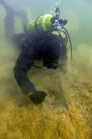 Martin Mainberger bei der Arbeit unter Wasser. (Bild: Kuratorium Pfahlbauten)