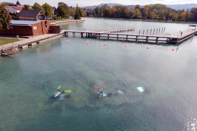 Vom Sprungturm im Strandbad Seewalchen aus kann man den Taucherinnen und Tauchern bei der Arbeit zuschauen. (Bild: H. Pohl - Kuratorium Pfahlbauten)