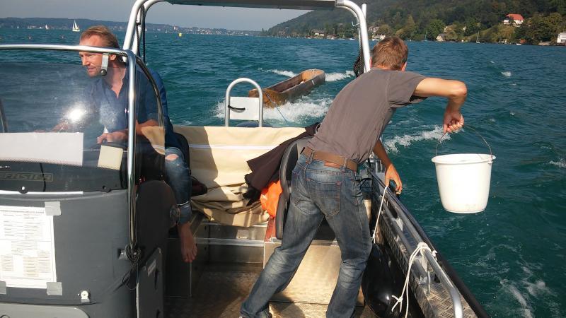 Auf der Fahrt nach Weyregg wurde dann noch fix das Deck unseres Forschungsbootes geschrubbt. (Bild: Kuratorium Pfahlbauten)
