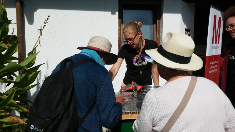 Natürlich durften unsere BesucherInnen das Fundmaterial auch selbst in die Hand nehmen. Doris erklärte, worauf sie dabei achten mussten. (Bild: Kuratorium Pfahlbauten)