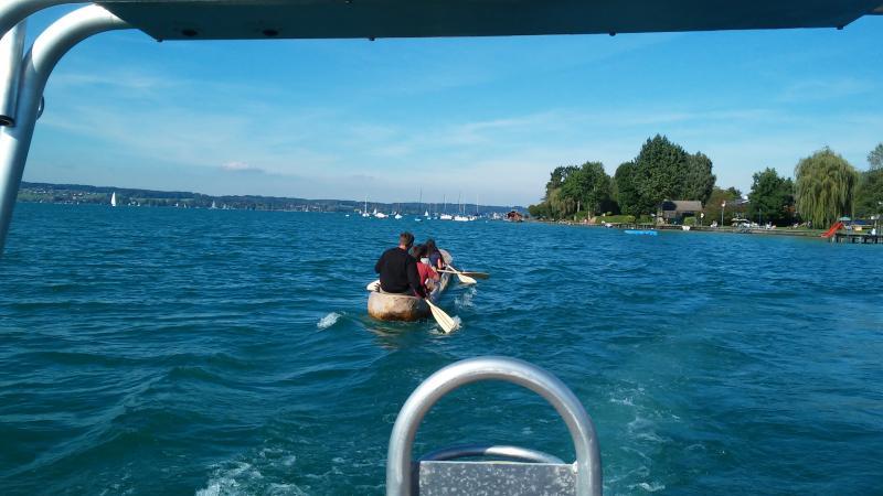 Florian paddelte unermüdlich mit dem Seewalchener Einbaum über den Attersee. (Bild: Kuratorium Pfahlbauten)