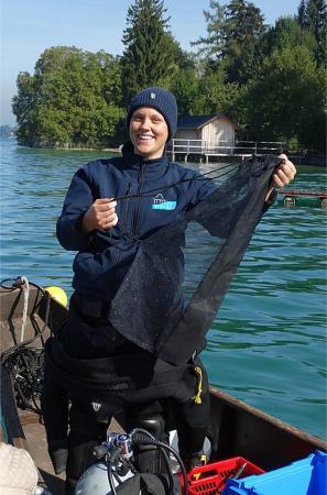Hier erklärt Helena an Bord der Arbeitszille gerade, wie die Fangnetze unter Wasser funktionieren. (Bild: Luki)