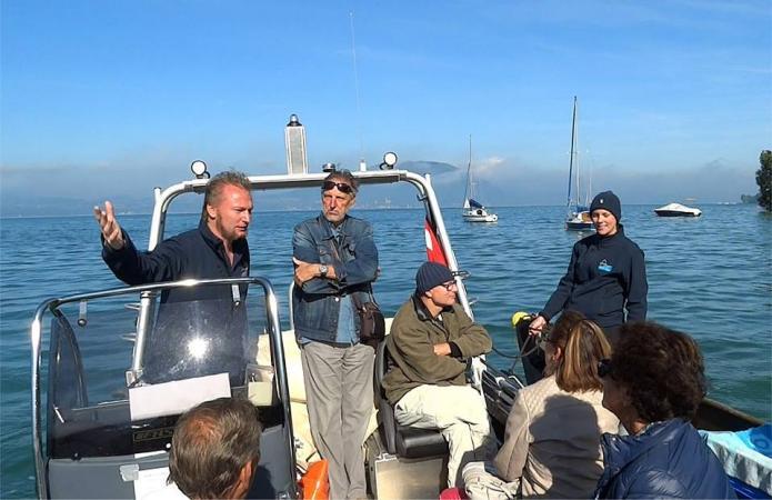 Wir machten am Arbeitsboot der Tauchsicherheit fest, wo die BesucherInnen sogar die Möglichkeit hatten, mit der Taucherin unter Wasser zu sprechen. (Bild: Luki)