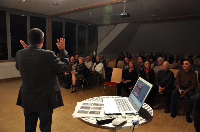 Urs Leuzinger beim Vortrag im Keutschacher Schlossstadel. (Bild: Michael Tavernaro - Kuratorium Pfahlbauten)