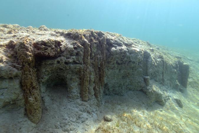 Die Pfahlbausiedlung Seewalchen I wurde durch die Sprungturmgrube des örtlichen Strandbades im letzten Jahrhundert beschädigt. (Bild: Kuratorium Pfahlbauten)