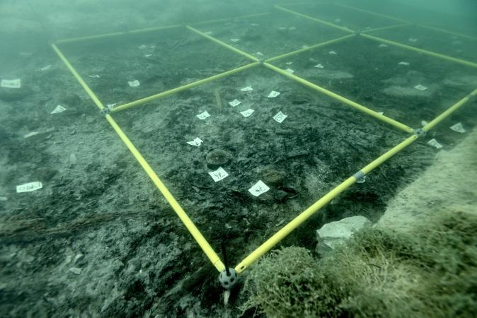 Die Grabungsfläche unter Wasser. (Bild: Henrik Pohl - Kuratorium Pfahlbauten)