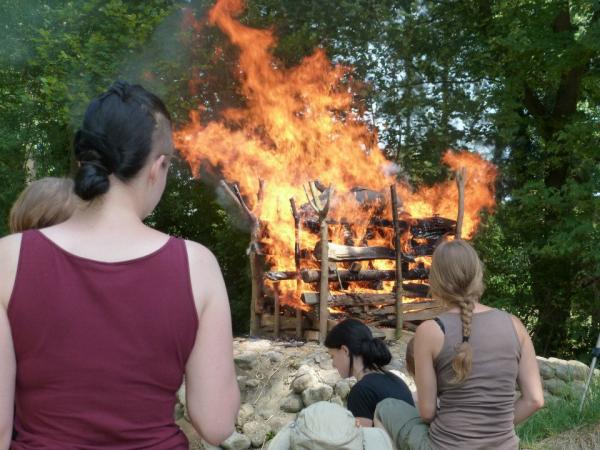 Experiment zur Leichenverbrennung mit Hilfe eines toten Schweins in Asparn 2012. (Bild: H. Windl)