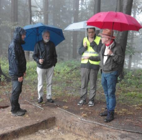 Besichtigung der Grabungsschnitte am Buchberg - leider bei strömendem Regen und dennoch gibt es viel zu sehen.