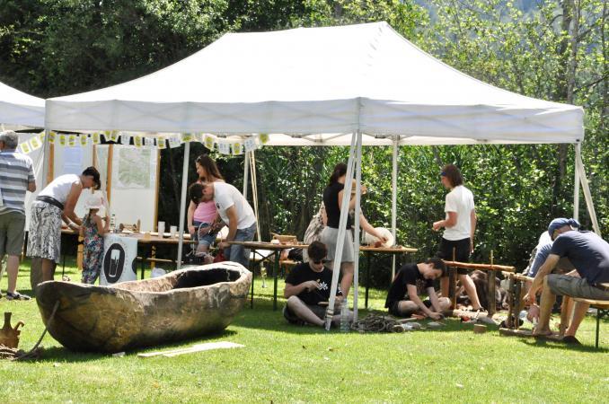 Präsentationen der Gäste aus Slowenien. Im Vordergrund der römerzeitliche Nachbau eines Einbaumes.  (Bild: M. Tavernaro - Kuratorium Pfahlbauten)