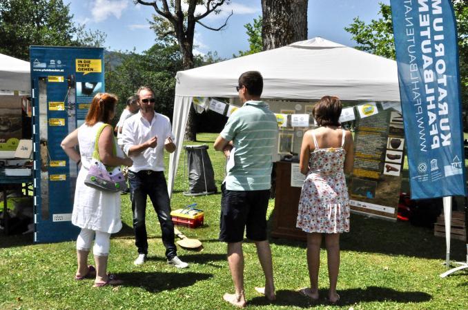 Interessierte Besucherinnen und Besucher beim UNESCO-Welterbefest 2017 direkt am Keutschacher See. (Bild: M. Tavernaro – Kuratorium Pfahlbauten)