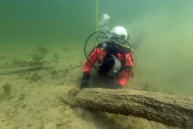 Eine Forschungstaucherin des Kuratoriums Pfahlbauten beim Monitoring an der UNESCO-Welterbestätte Station See 2016. (Bild: Kuratorium Pfahlbauten)
