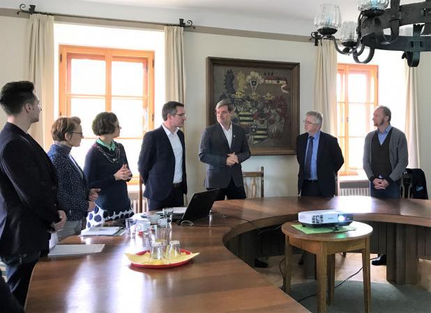 Im Gemeindeamt Keutschach tauschte man sich über aktuelle und künftige Projekte zum gemeinsamen Pfahlbau-Welterbe aus. (Bild: Kuratorium Pfahlbauten)